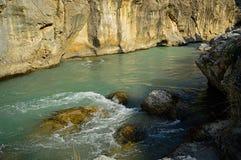Rivière dans les montagnes Image stock
