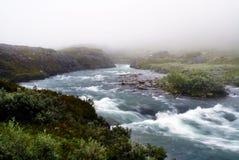 Rivière dans les montagnes capturées pendant le brouillard Paysage montagneux de la Norvège photo stock