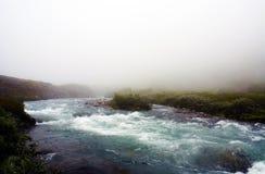 Rivière dans les montagnes capturées pendant le brouillard Paysage montagneux de la Norvège photographie stock
