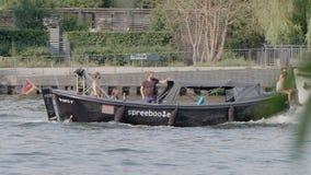 Rivière de Berlin Boats Passing In The en été banque de vidéos