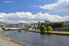Rivière de Berlin, de fête et bâtiments de gouvernement l'allemagne Images libres de droits
