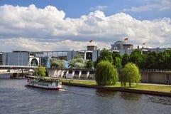 Rivière de Berlin, de fête et bâtiments de gouvernement l'allemagne Image libre de droits