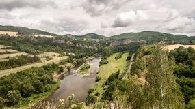 Rivière de Berounka avec des collines, des roches de chaux, des prés, des champs et la voie ferrée du skala de Tetinska dans la R Photos stock