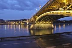 Rivière de Budapeste et pont, Hongrie Photos libres de droits