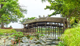 Rivière de calme de pont en tuile de Thanh Toan Photos libres de droits