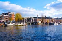 Rivière de canal d'Amsterdam avec le pont en automne Pays-Bas photos stock