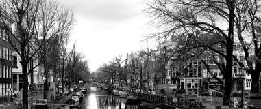 Rivière de canal d'Amsterdam dans le panorama noir et blanc images libres de droits