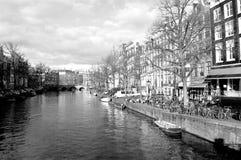 Rivière de canal d'Amsterdam en noir et blanc images stock