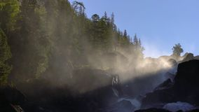 Rivière de cascade en montagnes au lever de soleil banque de vidéos