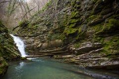 Rivière de cascade et de montagne Russie Sotchi photographie stock