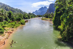 Rivière de chanson chez Vang Vieng, Laos Image libre de droits