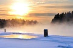 Rivière de congélation dans un jour d'hiver froid photo stock