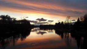 Rivière de coucher du soleil photos stock