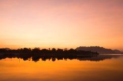 Rivière de coucher du soleil de paysage de silhouette photos libres de droits
