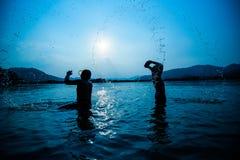 Rivière de coucher du soleil de silhouette images stock