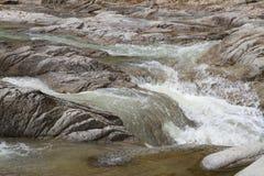 Rivière de courant de montagne avec les pierres Photographie stock libre de droits