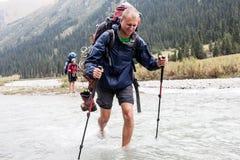 Rivière de croisement de randonneur aux montagnes Photos stock