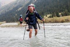 Rivière de croisement de randonneur aux montagnes de Tien Shan, Kirghizistan Photo stock