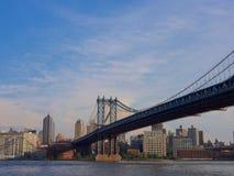 Rivière de croix de pont de Manhattan à New York Images stock