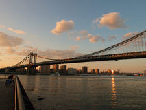 Rivière de croix de pont de Manhattan, Brooklyn à New York Image stock