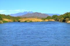 Rivière de désert avec de l'eau bleu Photo libre de droits