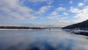 Rivière de Dnieper à Kiev, pont piétonnier L'hiver Photos stock
