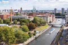 Rivière de fête avec Rathausbrucke dans la ville de Berlin Photographie stock