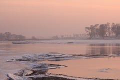 Rivière de glace dedans en hiver Image libre de droits