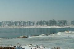 Rivière de glace dedans en hiver Images stock