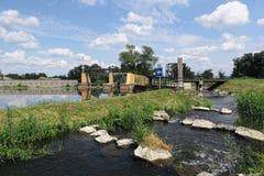 Rivière de Havel en été déversoir historique d'aiguille (Brandebourg, GE Image libre de droits