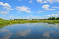 Rivière de Kamenka dans Suzdal photo libre de droits