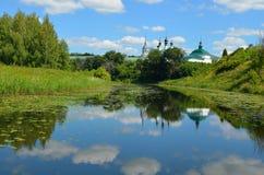 Rivière de Kamenka dans Suzdal image libre de droits