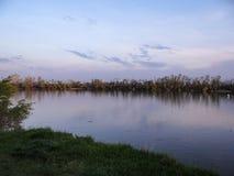 Rivière de Kuban au coucher du soleil Image libre de droits