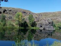 Rivière de Kumachka près de la roche de rivage Photographie stock libre de droits