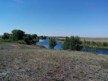 Rivière de Kumachka près du rivage Photographie stock libre de droits