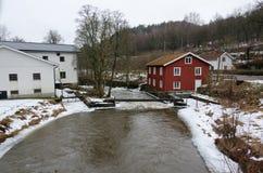 Rivière de Kungsbacka avec de l'eau froide et la glace images stock