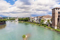 Rivière de l'Adige à Vérone, Italie Photos stock