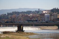 Rivière de l'Arno dans un jour ensoleillé Église d'Amerigo Vespucci Bridge et de San Frediano sur le fond Florence l'Italie Image stock