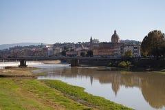 Rivière de l'Arno dans un jour ensoleillé Église d'Amerigo Vespucci Bridge et de San Frediano sur le fond Florence l'Italie Photos libres de droits