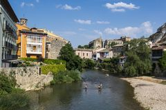 Rivière de l'EGA, région d'Estella ou de Lizarra, la Navarre, Espagne du nord photos stock