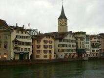 Rivière de Limmat et église célèbre de Zurich image libre de droits