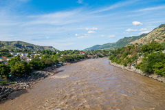 Rivière de Magdalena près de la ville de Honda, Colombie images libres de droits