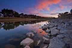 Rivière de Manawatu, Nouvelle Zélande au crépuscule Photos stock