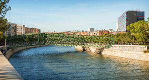 Rivière de Manzanares et un pont à Madrid, Espagne Image libre de droits