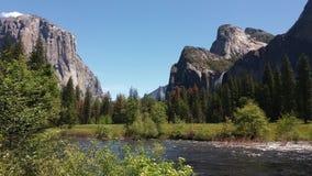 Rivière de Merced en vallée de Yosemite Photographie stock libre de droits
