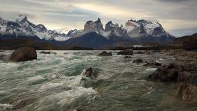 Rivière de montagne au coucher du soleil avec vue sur les montagnes torres du Chili del paine clips vidéos