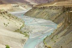 Rivière de montagne avec de l'eau bleu entre les collines images libres de droits
