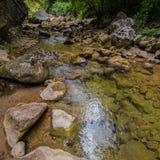 Rivière de montagne avec propre et eau douce dans les roches Photo libre de droits
