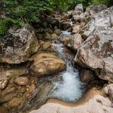 Rivière de montagne avec propre et eau douce dans les roches Photos stock