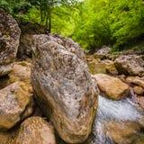 Rivière de montagne avec propre et eau douce dans les roches Image libre de droits